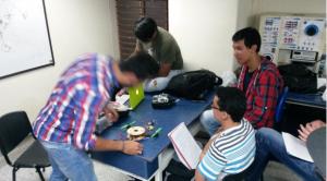 Participantes del taller de construcción de drones.