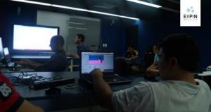 Estudiantes realizando ejercicio en taller de diseño y creación de experiencias interactivas con kinect